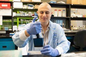 Le Dr Michele Ardolino pose dans son laboratoire.