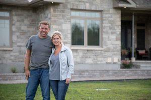 Adrian en compagnie de sa femme Shelly à l'extérieur de leur maison
