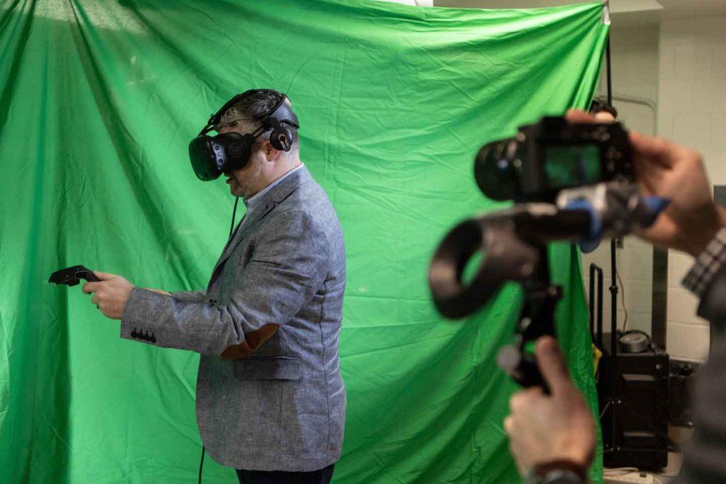 Le Dr Adam Sachs, neurochirurgien, utilise les manettes de la réalité virtuelle