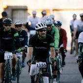 Groupe de cyclistes souriant en course de vélo