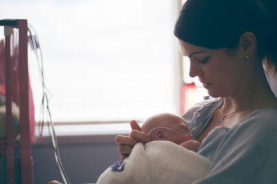 Jamie Eberts tient bébé Olivia dans ses bras