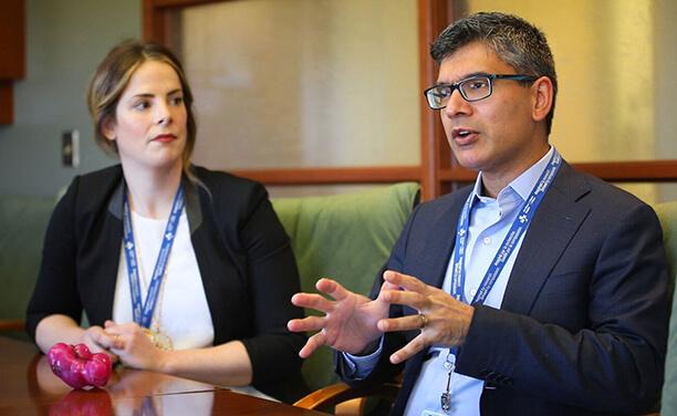 Les Drs Teresa Flaxman et Sony Singh discutent d'un utérus imprimé en 3D.