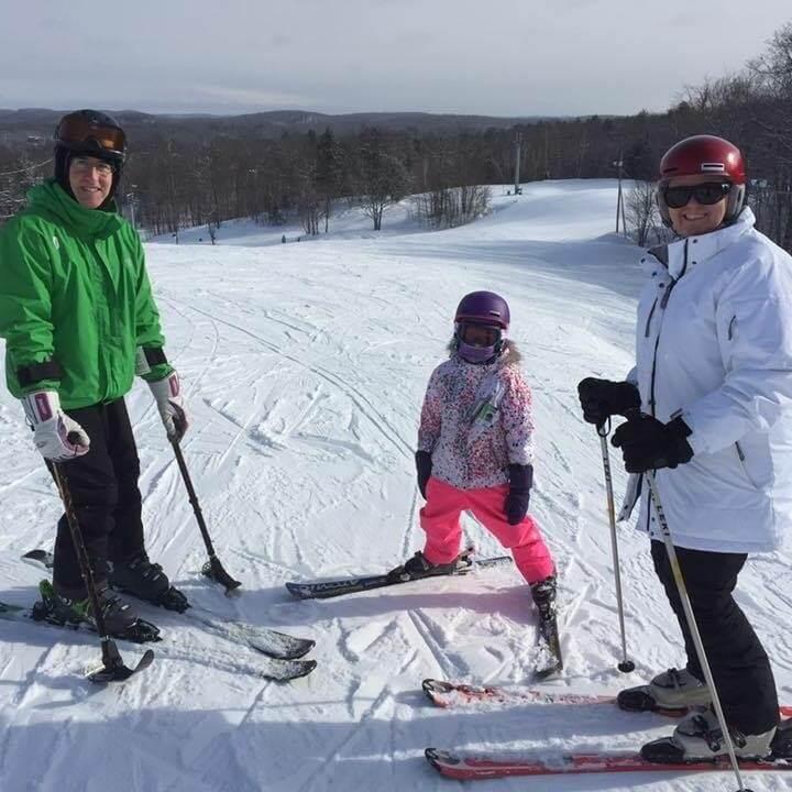 John ski en compagnie de sa fille et de sa femme.