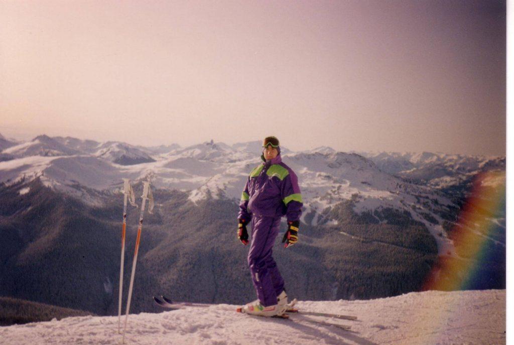John Chafe dévale des montagnes en ski.