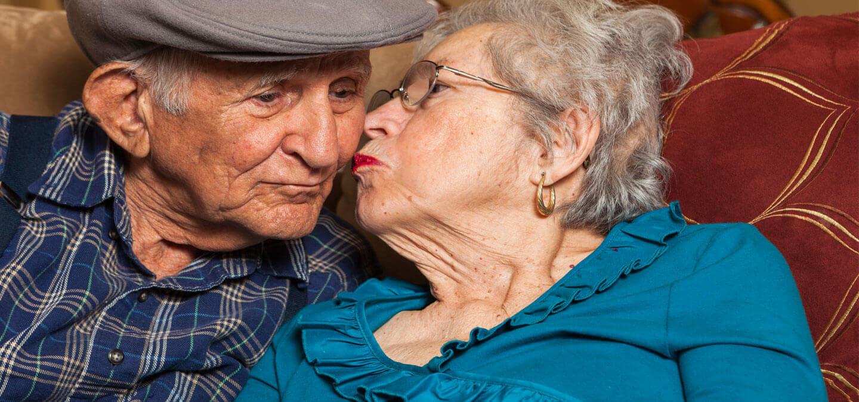 Femme âgée tenant la main de son mari malade